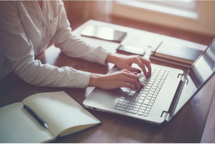Geschäftsfrau arbeitet in Home Office am Laptop